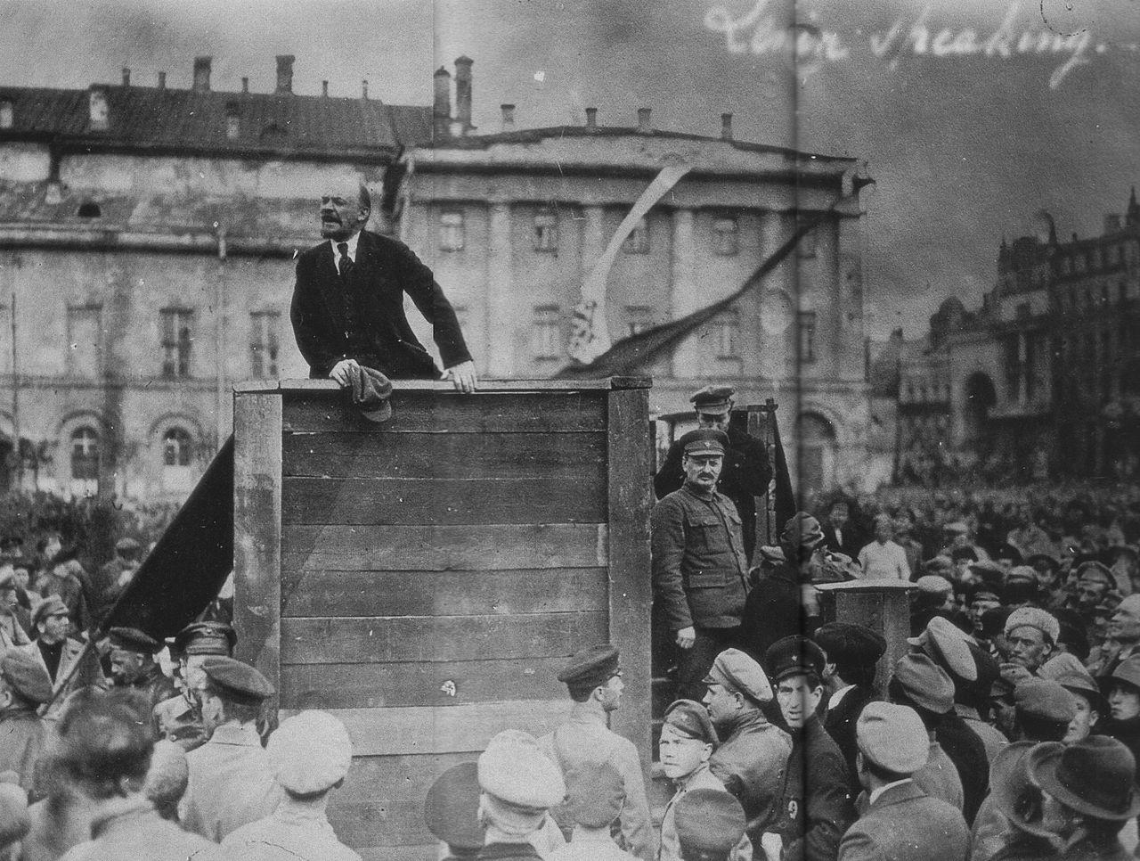 Lenin spricht in Moskau vor Soldaten
