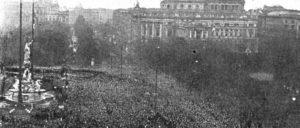 Weniger bekannt sind hierzulande die revolutionären Ereignisse in Österreich im November 1918. Hans Hautmann geht in seinem Beitrag ausführlich darauf ein. Das Bild zeigt die Ausrufung der Republik Deutschösterreich am 12.November 1918 (Foto: unbekannt/gemeinfrei)