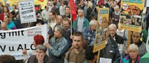 Mit der Einführung von Agenda 2010 und Hartz IV durch die rot-grüne Bundesregierung unter Gerhard Schröder begann ein atemberaubendes Verarmungsprogramm für die werktätige Bevölkerung und für Erwerbslose. (Foto: Hans-Dieter Hey/r-mediabase.eu)