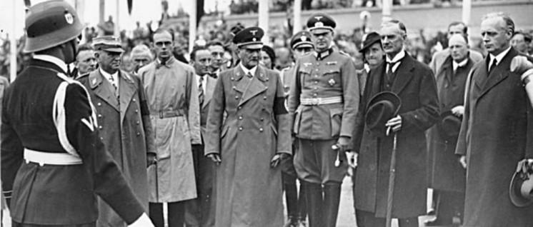 Die Abreise der ausländischen Staatsmänner von München. Rechts Reichsaussenminister von Ribbentrop, Mitte Reichsstatthalter Ritter von Epp, links der bayerische Ministerpräsident Siebert (30.9.1938) (Foto: Bundesarchiv, Bild 183-H13013 / CC-BY-SA 3.0)