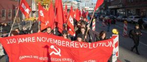 In Kiel gingen die DKP und Bündnispartner auf die Straße, um an die revolutionären Matrosen, Soldaten, Arbeiterinnen und Arbeiter zu erinnern, die die Errungenschaften der Novemberrevolution vor 100 Jahren erkämpften. (Foto: Ulf Stephan / r-medieabase.eu)