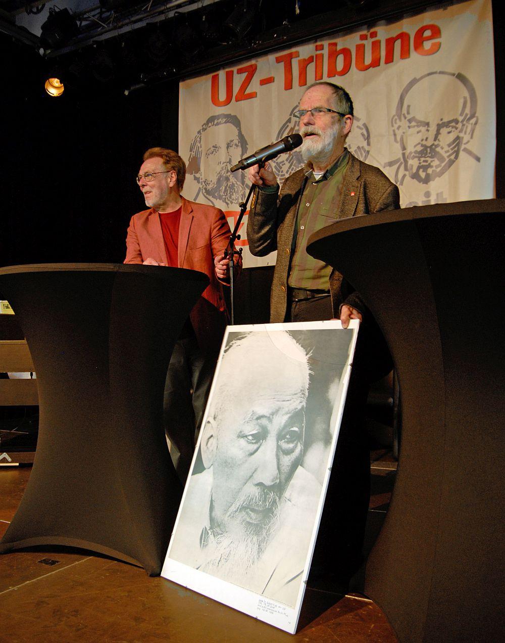 Ein Vorbild zum Geburtstag: Stefan Kühner (r.) schenkte UZ ein Porträt von Ho Chi Minh, das so alt ist wie die Zeitung.