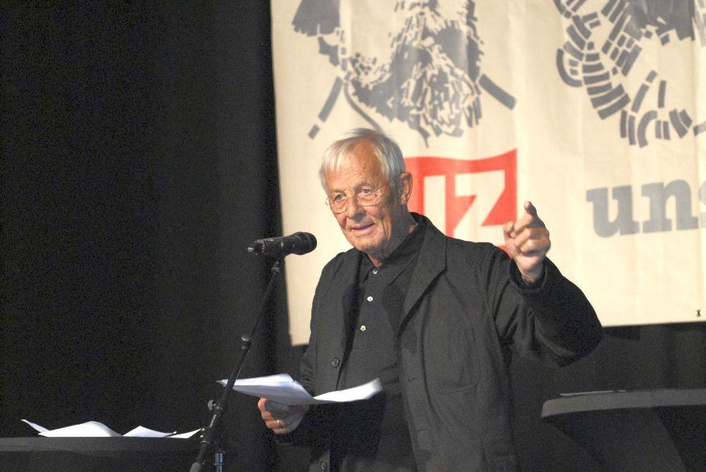 """""""Was müssen wir gegen die Medien der herrschenden Klasse tun?"""": Rolf Becker erzählte und rezitierte gegen Gleichschaltung und Gleichgültigkeit."""