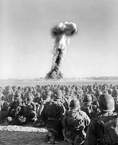 """Mitten im Kalten Krieg: Operation Buster-Dog im Jahr 1951. Insgesamt 2796 Soldaten beobachten im Rahmen des Manövers """"Desert Rock I"""" die Explosion und die radioaktive Wolke aus knapp 11 Kilometern Entfernung. Acht Minuten nach der Explosion erreichte die"""