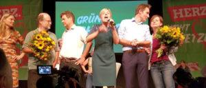Bündnis 90/Die Grünen sind zweitstärkste Kraft in Bayern und feiern das. (Foto: [url=https://commons.wikimedia.org/wiki/File:LTW18_Gr%C3%BCne_Wahlparty2.jpg?uselang=de]Wikiolo[/url])