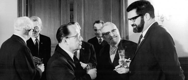 Konrad Wolf (r.) beim Empfang zum 20-Jährigen Bestehen der Akademie der Künste der DDR (Foto: Klaus Franke/Bundesarchiv)