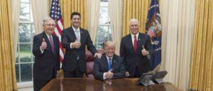 US-Präsident Donald J. Trump feiert die durchgesetzten Steuersenkungen für Superreiche mit Vize-Präsident Mike Pence, dem Mehrheitsführer der Republikaner im Senat, Mitch McConnell und dem Sprecher des Repräsentantenhauses, Paul Ryan (20.Dezember 2017) (Foto: Official White House Photo by Joyce N. Boghosian)