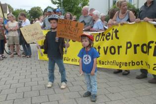 Protest gegen den Kuschelkurs der neuen Mehrheit zu Beginn der Stadtverordnetenversammlung am 12 Juni.