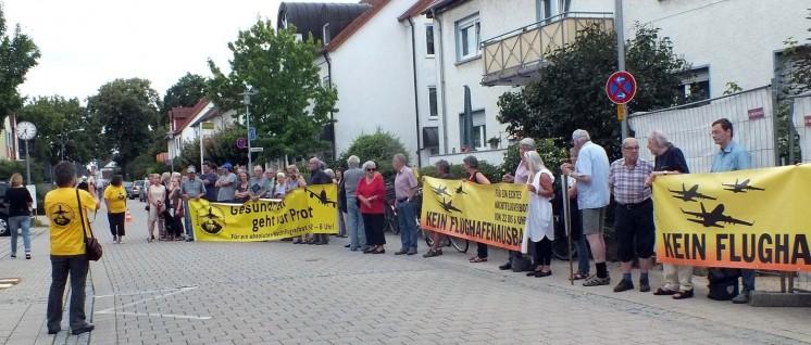 Protest gegen den Kuschelkurs der neuen Mehrheit zu Beginn der Stadtverordnetenversammlung am 12 Juni. (Foto: Rudi Hechler)