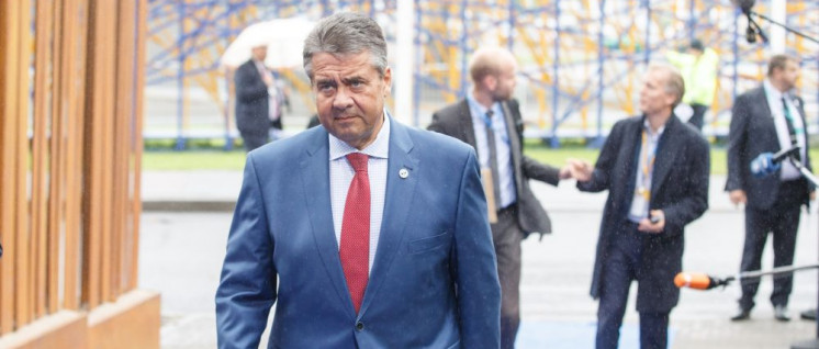 Außenminister Sigmar Gabriel zieht im Interesse des deutschen Monopolkapitals die Strippen im Spiel aus Konkurrenz und Kooperation. (Foto: [url=https://www.flickr.com/photos/eu2017ee/36247208634]EU2017EE Estonian Presidency[/url])