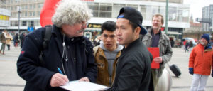 Unterschriftenaktion der DKP in Berlin (Foto: Gabriele Senft)