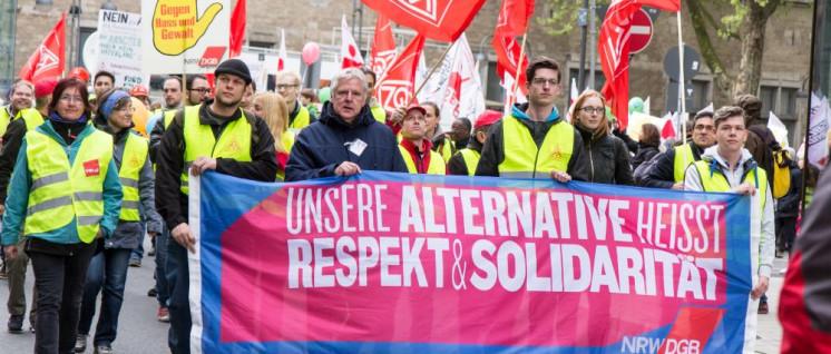 Gewerkschafter beim Protest gegen den AfD-Parteitag in Köln 2017 (Foto: [url/https://commons.wikimedia.org/wiki/File:K%C3%B6ln_stellt_sich_quer_-_Tanz_die_AfD_-2843.jpg]Elke Wetzig[/url])