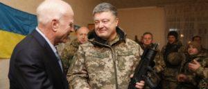 Frontbesuch des ukrainischen Präsidenten Poroschenko (bewaffnet) zusammen mit US-Senator John McCain (Foto: The Presidential Administration of Ukraine)