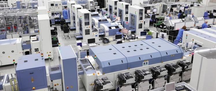 """Das Werk in Amberg gilt als Paradebeispiel für Produktautomatisierung. Hier """"verschmelzen"""" virtuelle und reale Welt: Bereits heute kommunizieren dort Produkte mit Maschinen und sämtliche Prozesse sind IT-optimiert und -gesteuert. (Foto: Max Etzold/Siemens AG)"""