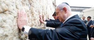 Hat sich seine Freunde schon immer gern rechts außen gesucht: Benjamin Netanjahu, hier mit dem faschistischen Präsident Brasiliens, Jair Bolsonaro, an der Klagemauer in Jerusalem (Foto: Alan Santos/PR)