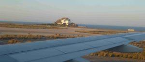 Ausblick auf Ausverkauf: Auch der Flughafen von Santorini gehört nun der Fraport. (Foto: Bettina Ohnesorge)