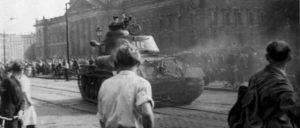 """""""Die sowjetischen Genossen mussten uns zum zweiten Mal das Leben retten"""": Als Nazis und andere Reaktionäre die Führung über die Proteste übernommen hatten, rückte die Rote Armee aus – hier ein sowjetischer Panzer am 17. 6. 1953 in Leipzig. (Foto: [url=https://de.wikipedia.org/wiki/Aufstand_vom_17._Juni_1953#/media/File:Bundesarchiv_Bild_175-14676,_Leipzig,_Reichsgericht,_russischer_Panzer.jpg]Unbekannt[/url])"""