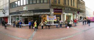 Menschenkette von Altenpflegerinnen und Altenpflegern am Buß- und Bettag in der Recklinghäuser Innenstadt. (Foto: ver.di)
