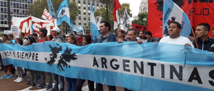 Demonstration gegen die Regierung Macri in Buenos Aires (Foto: [url=https://commons.wikimedia.org/wiki/File:Acto_2_de_abril_de_2017,_Pza_de_Mayo_24.jpg]Gastón Cuello/wikimedia[/url])