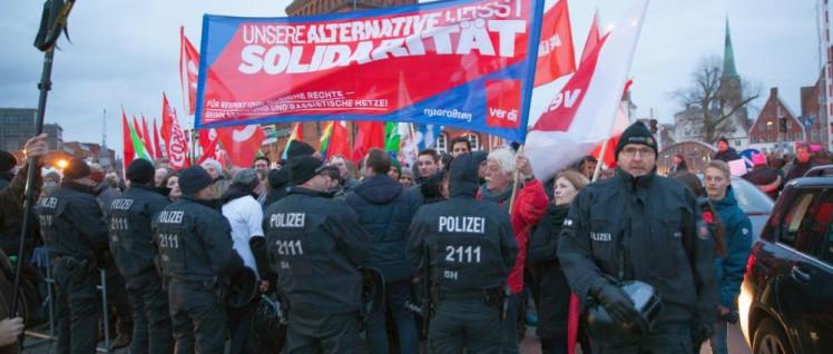 Polizisten blockieren Antifaschisten während einer Wahlkampfveranstaltung der AfD in Lübeck. (Foto: Ulf Stephan / r-mediabase.eu)