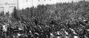 Sitzung des Petrograder Sowjets (Datum unbekannt). Im September erlangten die Bolschewiki auch in diesem – gemeinsam mit den Linken Sozialrevolutionären– die Mehrheit. (Foto: wikimedia.org/ public domain)