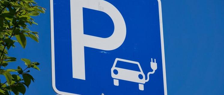 Bisher sind nur wenige Elektroautos verkauft worden. Dennoch reichen die vorhandenen Ladestationen oft nicht aus.