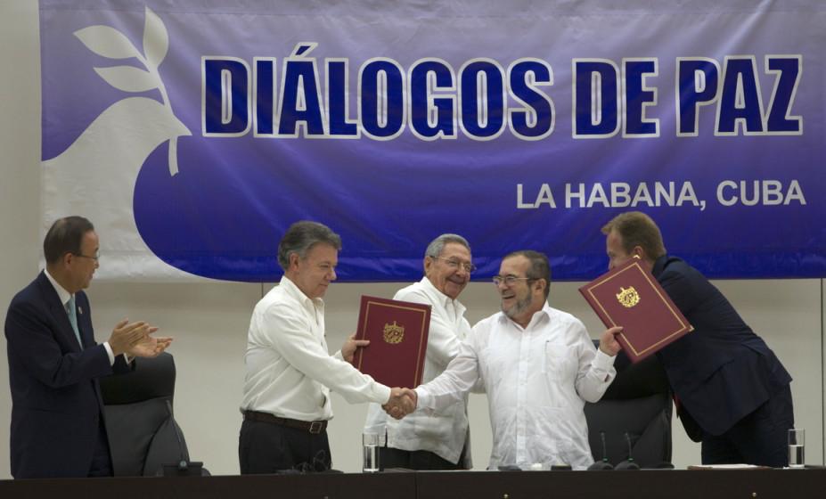 Haben unterschrieben: Kolumbiens Präsident Santos (l.) und FARC-Kommandant Jimenez (2. v. r.), bezeugt von Raúl Castro