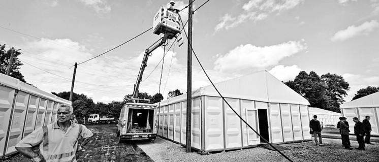 """""""Wir brauchen eine eigene Wohnung, wir können hier nicht leben"""": Familie Tagay war in einem Essener Zeltdorf wie diesem am Sportplatz Altenbergshof untergebracht. (Foto: Peter Prengel/Stadt Essen)"""