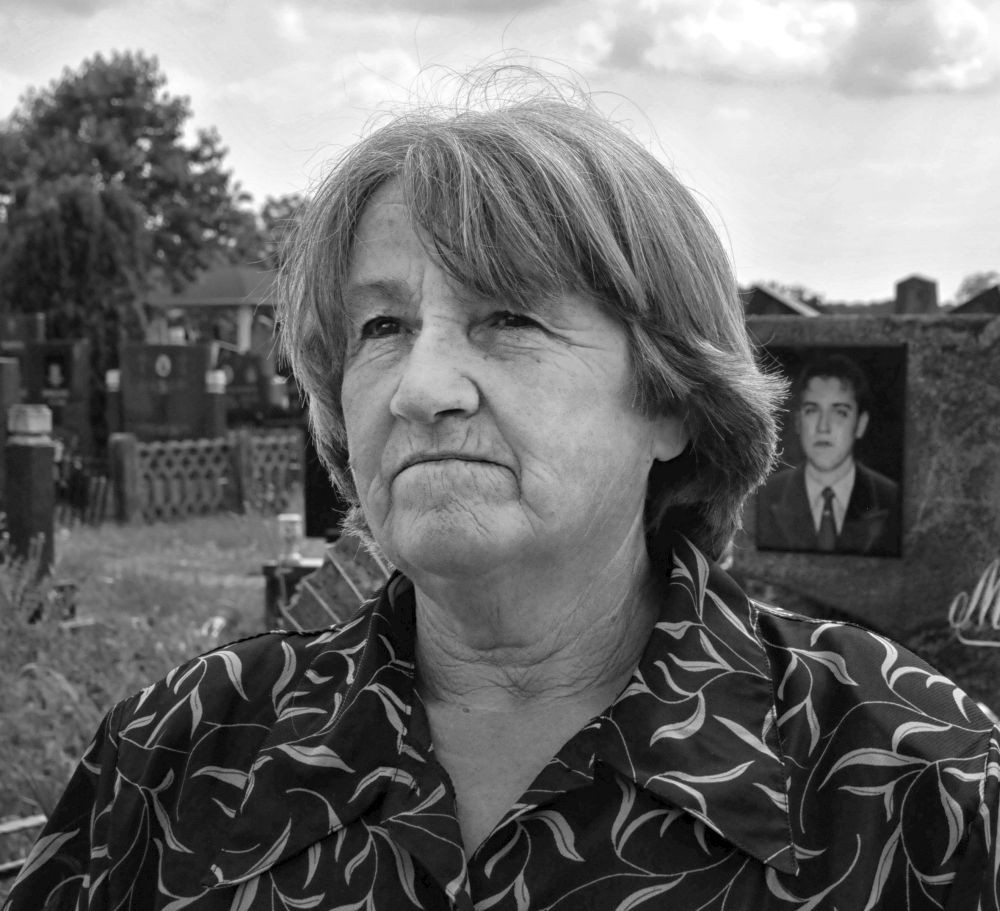 Zivadinka Jovanovic am Grab ihres Sohnes Milan Savic am 30. Mai 2012