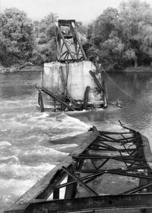 Die zerstörte Brücke am 31. Mai 1999