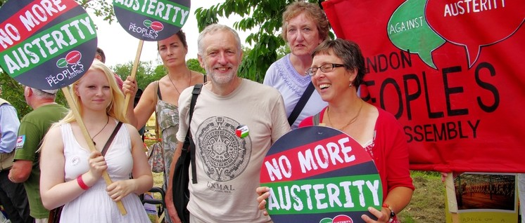 Gegen Sparpolitik, mit Palästina-Button: Jeremy Corbyn bei einer Demonstration im Sommer 2014.