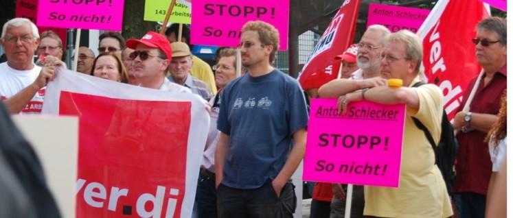 """Die Machenschaften des feinen """"Herrn"""" aus Ehingen öffentlich kritisiert: Protestkundgebung gegen Anton Schlecker am 7.August 2009 im südhessischen Groß-Bieberau (Foto: privat)"""