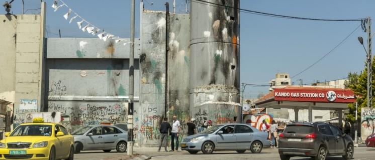 Die von Israel errichtete Mauer mit Turm und Tor in Bethlehem (Foto: Ralf Roletschek / Roletschek.at / GFDL 1.2)