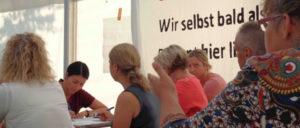 14 Berufsgruppen, eine Frage: Was heißt Entlastung? Alexandra Willer (2. v.l.) notiert die Forderungen der Kolleginnen. (Foto: Olaf Matthes)