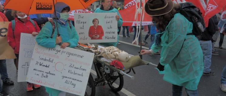 """""""Was ist unserer Gesellschaft Gesundheit wert?"""" Diese Frage werden Kolleginnen und Kollegen aus der Pflege auch wieder am 20.Juni in Düsseldorf stellen, wie hier am 1.Mai in Siegen. (Foto: Tom Brenner)"""