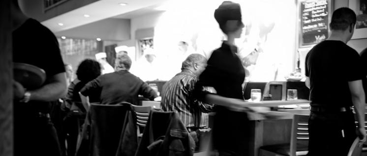 """Zwölf Stunden täglich auf den Beinen: Diese Horrorvision und teilweise Wirklichkeit der Beschäftigten in der Gastronomie ist die Wunschvorstellung der """"Arbeitgeber"""". (Foto: [url=https://www.flickr.com/photos/neilconway/6859942847/]Neil Conway/flickr.com[/url])"""