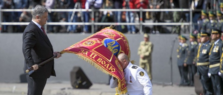 """Nationalismus zum tief Einatmen: Der ukrainische Präsident Petro Poroschenko bei der Militärparade zum """"Unabhängigkeitstag""""."""