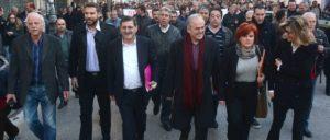 Hunderte Menschen begleiteten Kostas Peletidis (3. von links) zum Gericht, Foto vom 13.Februar. (Foto: KKE)