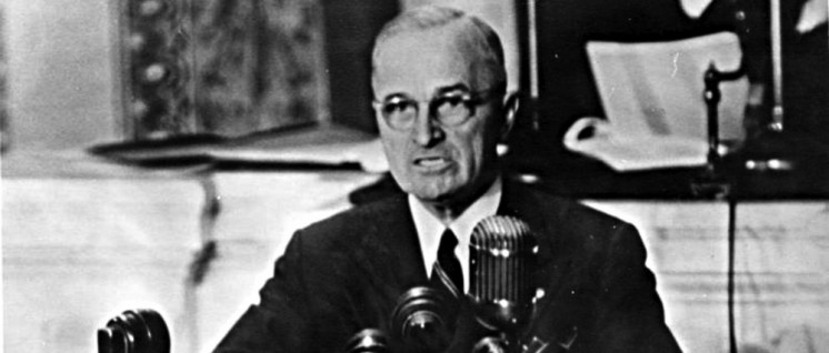 """US-Präsident Harry S. Truman vor dem Kongress. Seine Rede vom 12.März 1947 (""""Truman-Doktrin"""") gilt als """"offizieller"""" Auftakt des bereits vorher vorbereiteten und eingeleiteten """"Kalten Krieges""""gegen die Sowjetunion und ihre Verbündeten. (Foto: Harry S. Truman Library & Museum /gemeinfrei)"""