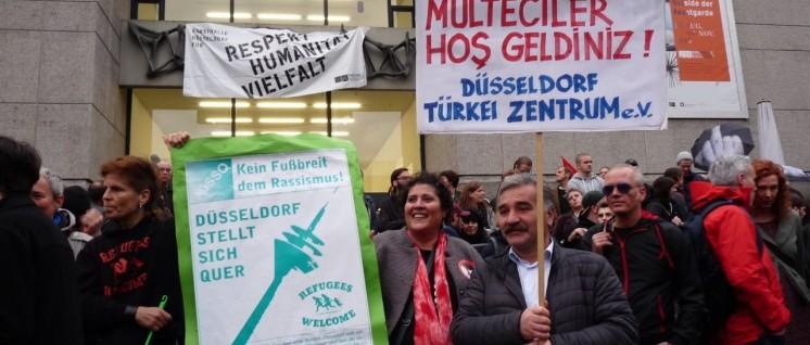 Der Protest ist freundlich, friedlich und international. (Foto: Dietmar Treber)