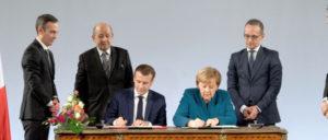 Merkel und Macron unterzeichnen in Aachen den Vertrag. (Foto: European Union/Etienne Ansotte)