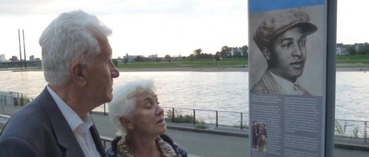 Der ehemalige Zwangsarbeiter Wladimir Naumov und seine Frau am Gedenkmal für Hilarius Gilges am Rhein (Foto: Bettina Ohnesorge)