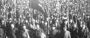 Sie waren angetreten, um Frieden und Brot zu erkämpfen: Mitglieder des ersten Regiments der Roten Garden, aus denen später die Rote Armee hervorging (Herbst 1917, Petrograd). (Foto: Public Domain)