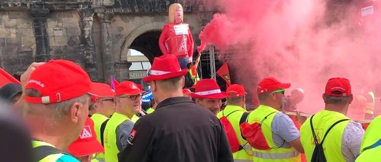 Kundgebung der Riva-Beschäftigten vor der Porta Nigra in Trier (Foto: Hans Müller)