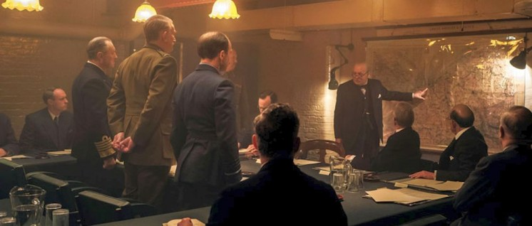 "Filmbild: Churchill im ""War Room"" unter Militärs und Politikern (Foto: Universal Film Studios)"