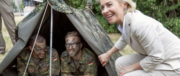 Kriegsministerin von der Leyen sorgt sich zu wenig um die Truppe, meinen manche Militaristen. (Foto: Bundeswehr/Kai-Axel Döpke)