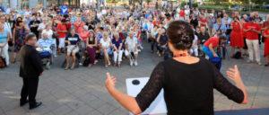 Sahra Wagenknecht fordert ihre Anhänger in Hohenschönhausen energisch zum Aufstehen auf. (Foto: [url=https://www.flickr.com/photos/linksfraktion/29458961021/]Fraktion DIE LINKE. im Bundestag[/url])