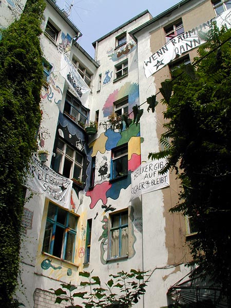 """""""Wenn Räumung, dann Beule"""", steht auf dem Transparent rechts oben im Innenhof des Hauses Rigaer Straße 94 in Berlin-Friedrichshain. Die Kiezbewohner setzen auf verschiedene Formen des Widerstandes."""