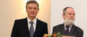 Vietnams Botschafter Nguyen Minh Vu und UZ-Autor Stefan Kühner bei der Verleihung der Freundschaftsmedaille der Sozialistischen Republik Vietnam am vergangenen Sonntag in Berlin. (Foto: Phung Anh Duc, Vietnam News Agency )