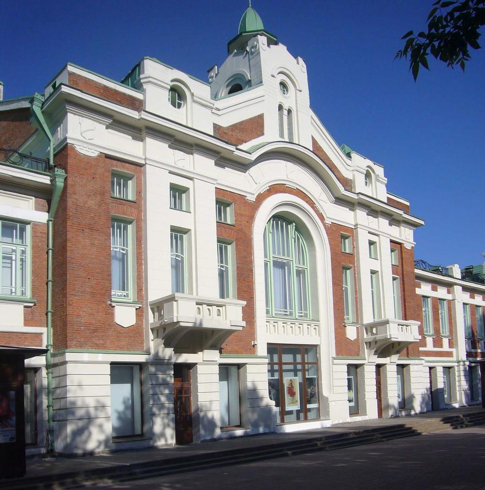 Das heutige Museum der Geschichte in Nowosibirsk wurde 1910 von A.D. Krjatschkow geplant als Handelshaus mit der Stadt-Duma und der Filiale der Staatsbank. Es ist architektonische Repräsentation der wichtigsten öffentlichen Einrichtungen dieser Zeit.